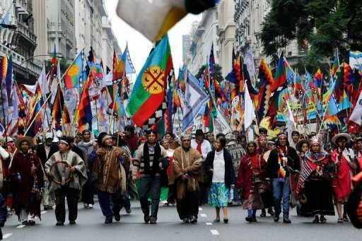 Siglo XXI, comunidad mapuche marchando en la Ciudad